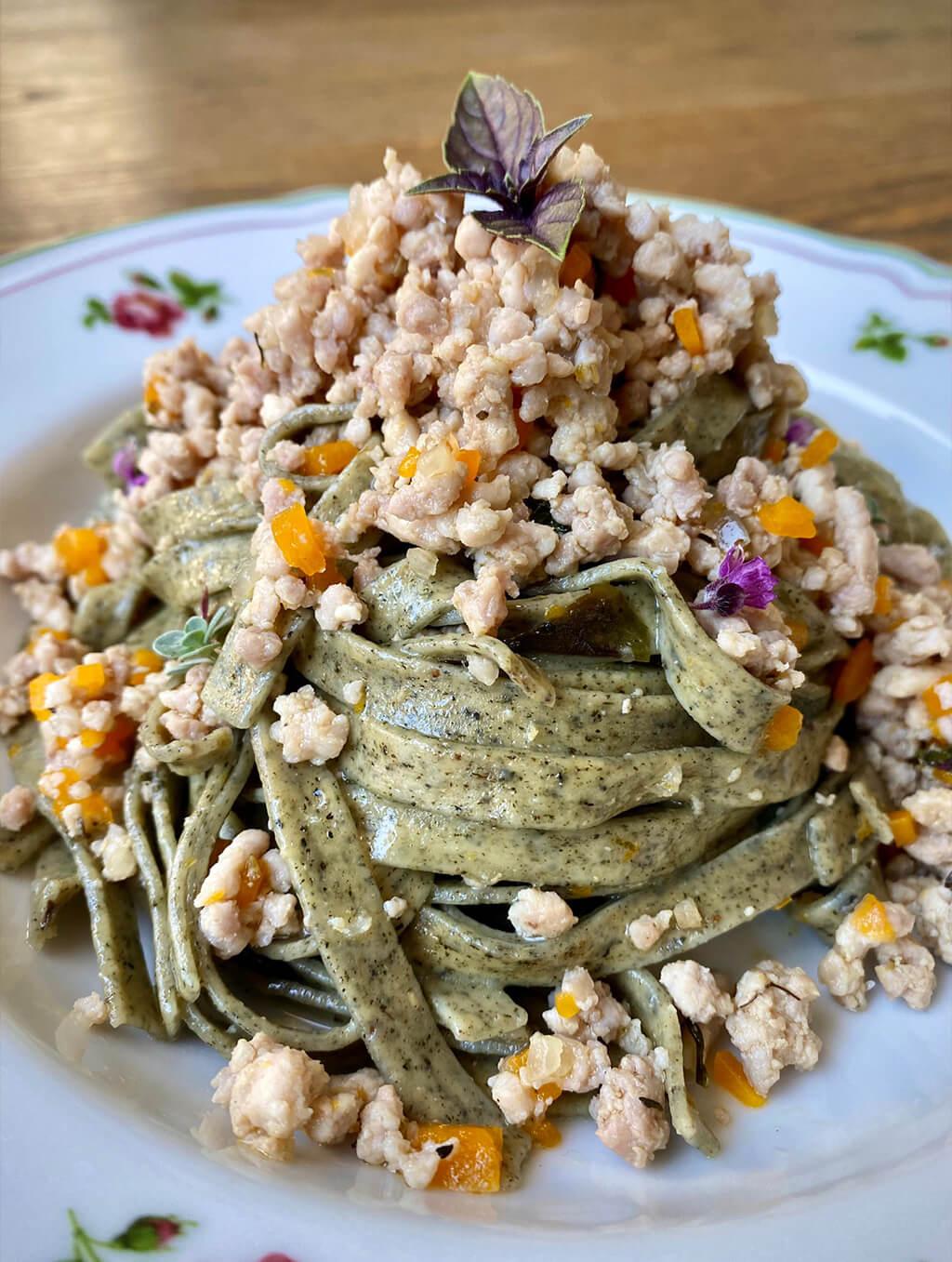Fettuccine alle ortiche con ragù bianco di coniglio alla Nas-cetta ricetta leggera saporelite Marta Paoletti