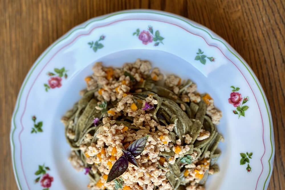 Fettuccine alle ortiche con ragù bianco di coniglio alla Nas-cetta ricetta leggera saporelite